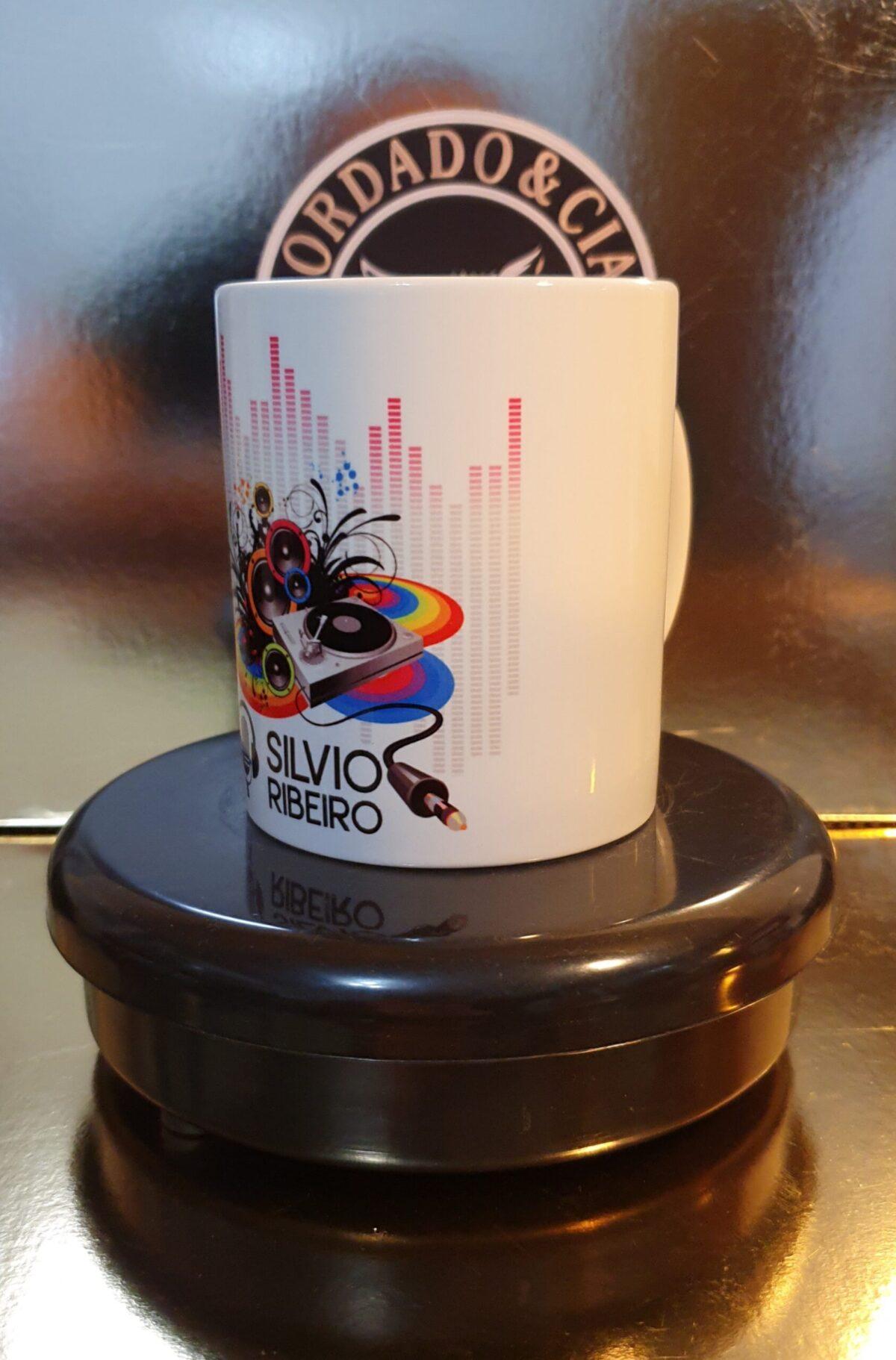 Caneca Oficial do Silvio Ribeiro Locutor - Logo, Pickup e Equalizador - by Bordado & Cia - @bordado.cia @silvioribeirolocutor