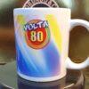Caneca Oficial da Festa Volta 80 - Oitentinha - by Bordado & Cia - @bordado.cia @volta80