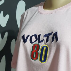 Camiseta bordada feminina - Volta 80 - Logotipo Volta 80 - by Bordado & Cia - @bordado.cia @volta80