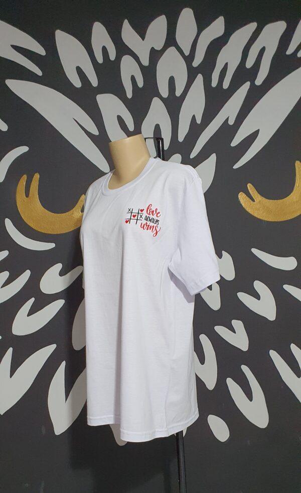 "Camiseta Bordada ""Love Aways Wins"" by Bordado & Cia - @bordado.cia"