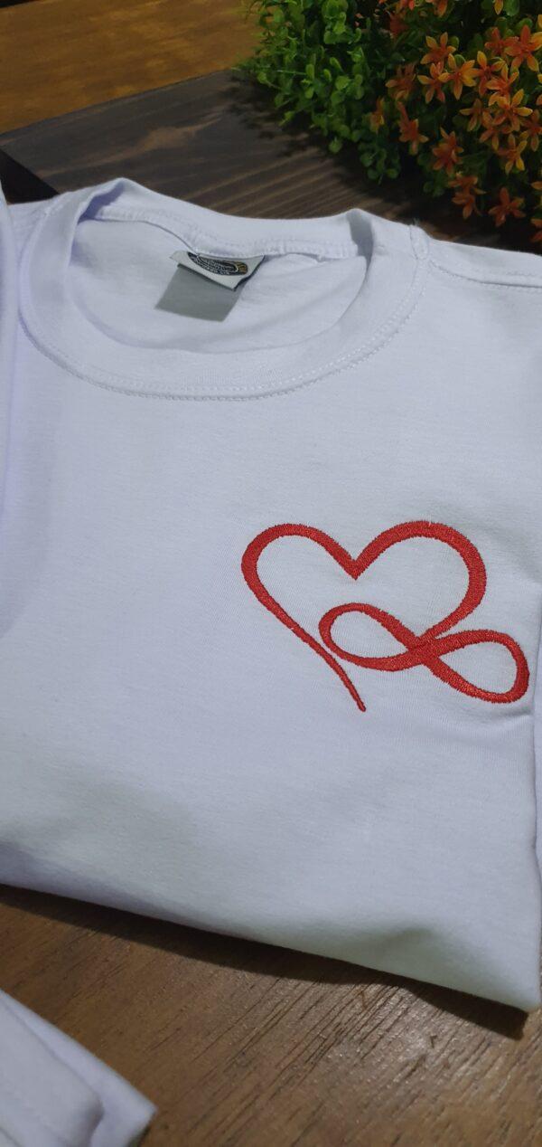 "Camiseta Bordada ""Love Forever"" by Bordado & Cia - @bordado.cia"